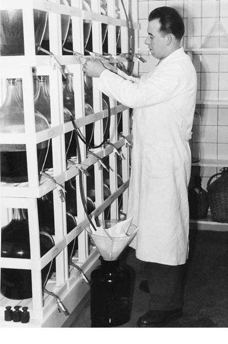 Betrieb 50er Jahre: Mann beim Abfüllen