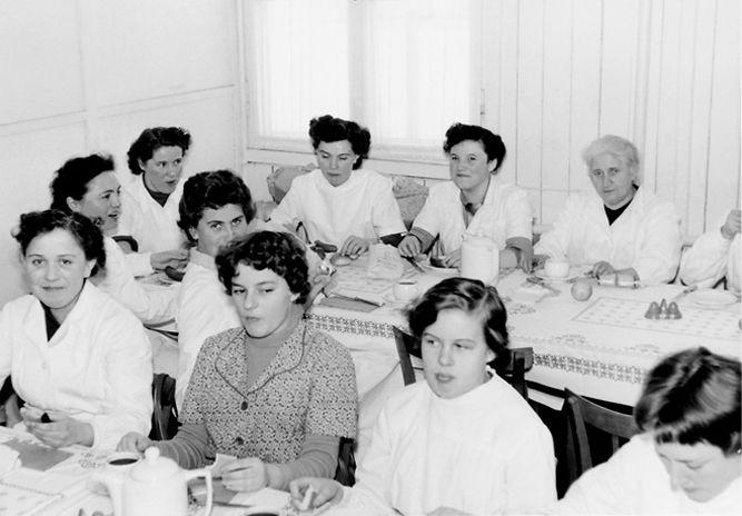 Betrieb 50er Jahre: Frauen beim Mittag