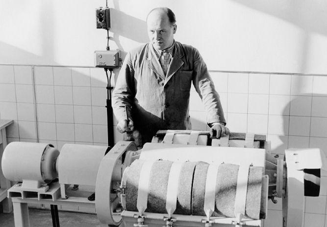 Betrieb 50er Jahre: Mann an Maschine