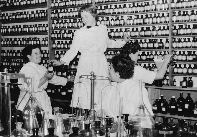 Betrieb 50er Jahre: Frauen beim Sortieren