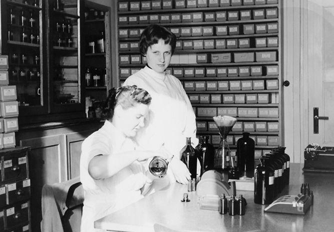 Betrieb 50er Jahre: Frauen bei der Arbeit
