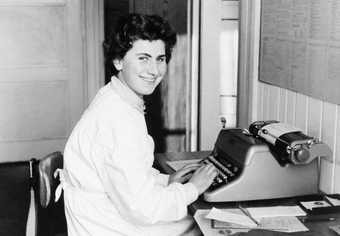 Betrieb 50er Jahre: Frau an Schreibmaschine