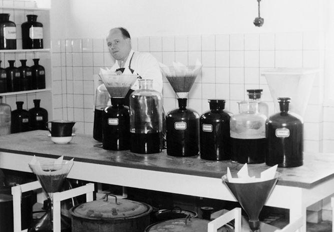 Betrieb 50er Jahre: Mann in der Produktion